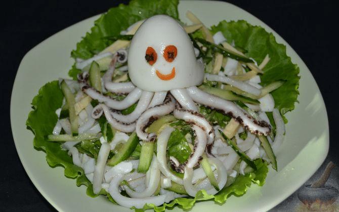 Салат из кальмара с соленым огурцом и яйцом
