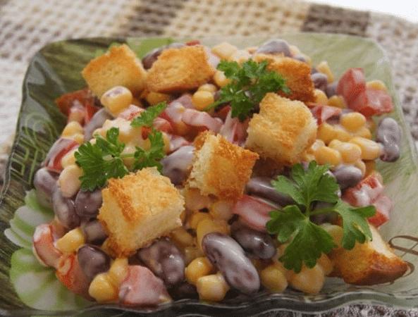салат с фасолью консервированной и копченой курицей