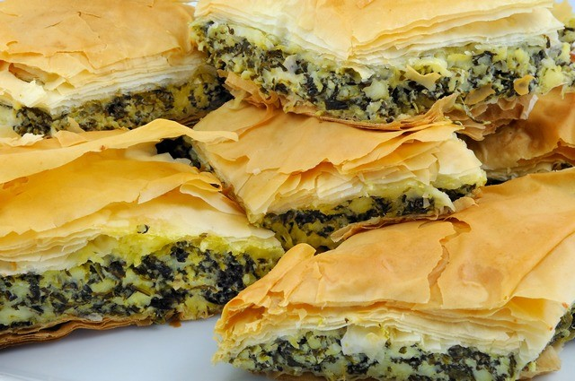 Пирог со шпинатом и сыром из слоеного теста