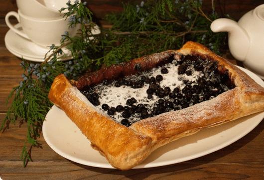 Пирог с черникой из слоенного дрожжевого теста