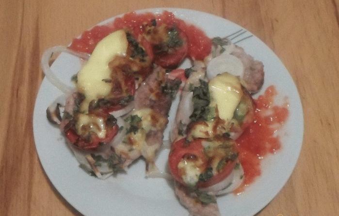 Свиные отбивные с помидорами и сыром в духовке
