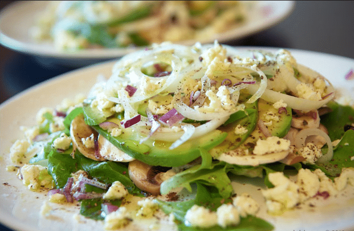 Салат из кальмара с шампиньонами и авокадо