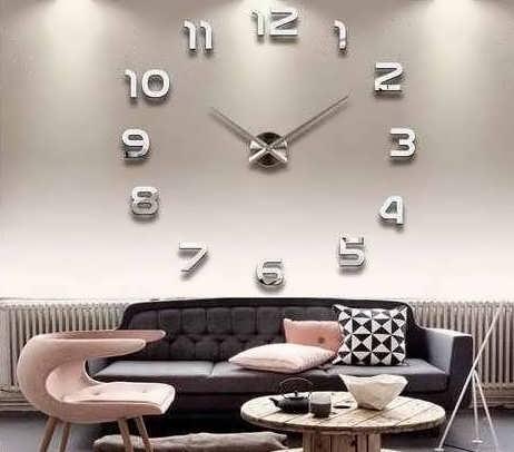 Настенные часы в интерьере гостиной